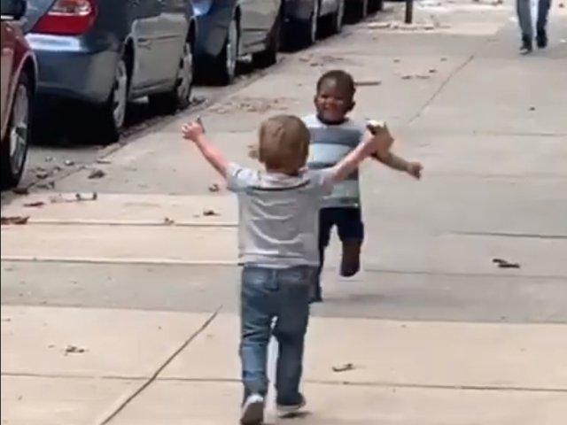 Fericire fara margini: cum reactioneaza doi copii care se revad dupa o despartire de... doua zile / VIDEO