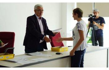 Cluj: Elevii care au luat 10 la Bacalaureat si Evaluarea Nationala au primit cate 3.000 de lei de la Inspectoratul Scolar