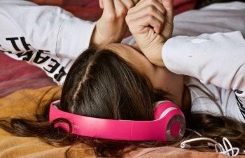 Studiu: Persoanele care trag un pui de somn ziua ar putea avea un risc redus de infarct sau AVC