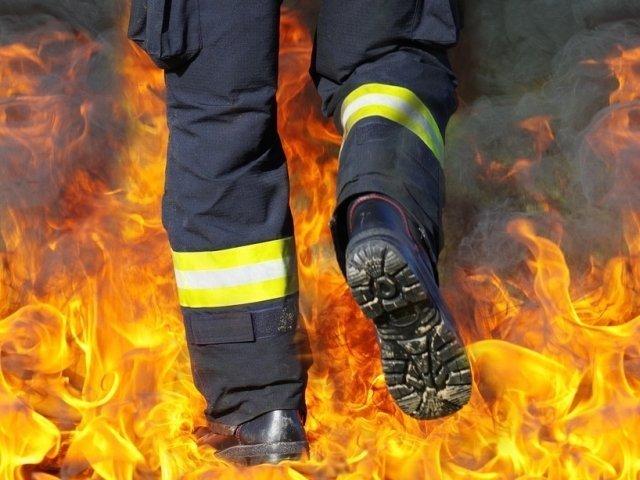 """Peste 160 de pompieri incearca sa stinga un puternic incendiu, izbucnit in apropiere de Atena: """"Terenul e foarte accidentat, cu rape"""""""