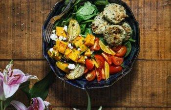 Studiu: Vegetarienii si veganii prezinta un risc mai ridicat de accidente vasculare cerebrale in comparatie cu persoanele care consuma carne