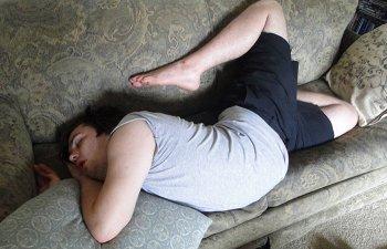 Unii oameni chiar pot dormi oriunde. 10+ persoane surprinse in ipostaze ciudate, in timp ce dormeau