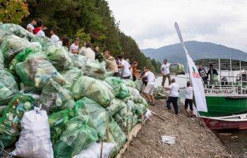 Actiune de ecologizare: 4 tone de deseuri au fost stranse de voluntari de pe malurile lacului Bicaz