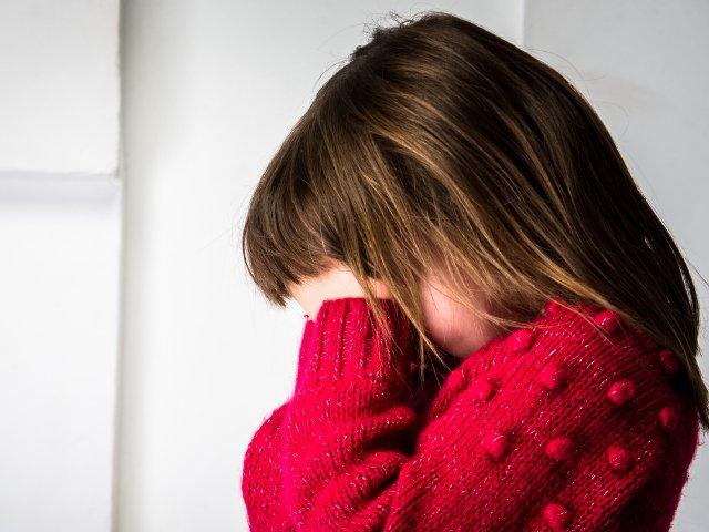 O fetita de 8 ani a asistat la uciderea familiei sale. Criminalul: fostul iubit al mamei