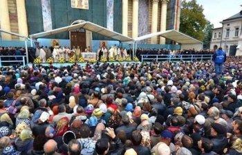 Aproximativ 78.000 de pelerini s-au inchinat la racla cu moastele Sf Cuvioase Parascheva de la Catedrala Mitropolitana din Iasi