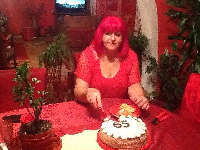 Povestea femeii care se imbraca si traieste in rosu de peste 40 de ani/ VIDEO
