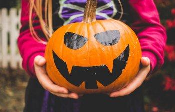 Fetita de 7 ani, impuscata in timp ce colinda de Halloween