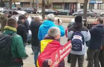 Dancila, asteptata cu pietre de protestatari la Timisoara: