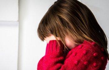 Fetita de 11 ani din Arges, violata de mai multe ori de fratele sau in varsta de 16 ani