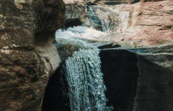 Un turist de 33 de ani a murit dupa ce a cazut intr-o cascada in timp ce isi facea un selfie