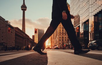 Studiu: Mersul pe jos cu 15 minute in plus pe zi ar putea stimula economia mondiala
