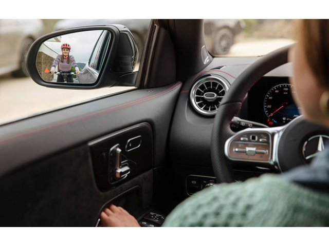 Prima imagine cu interiorul viitorului Mercedes-Benz GLA: SUV-ul producatorului german va fi prezentat in 11 decembrie