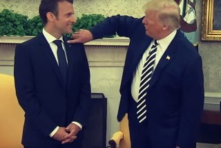 Momentul in care Donald Trump ii sterge lui Emmanuel Macron matreata de pe costum in fata presei/ VIDEO