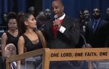 Momentul in care Ariana Grande este atinsa indecent de un pastor la funeraliile Arethei Franklin / VIDEO