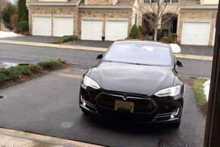 [Video] Tesla Model S se poate parca in garaj cu Apple Watch-ul