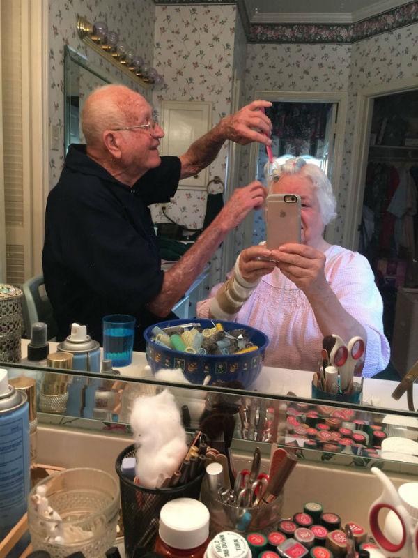 Bunicul isi ajuta sotia...