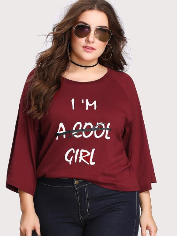 """O bluza pe care scrie """"Sunt..."""