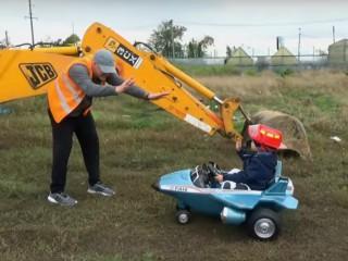 Un baietel ajuta un barbat sa...