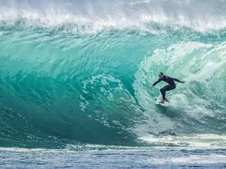 Surfing pe valuri mari